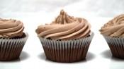 3 mokkacupcakes op een rijtje met een mooie toef erop