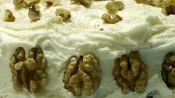 Worteltjestaart met roomkaasglazuur en walnoten
