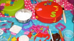 Knutselen bij een workshop taart versieren