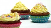 Drie citroencupcakes met gele citroentopping