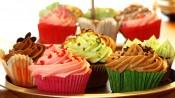 Gekleurde cupcakes op een schaal