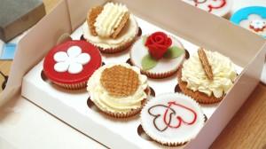 Stroopwafelcupcakes in een doosje met andere cupcakes
