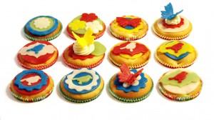 12 versierde cupcakes in vormpjes