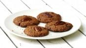 chocoladekoekjes met pecannoten op een bord en witte tafel