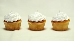 Drie lemoncurdcupcakes op een rij