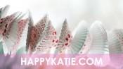 Slinger van cupcakevormpjes in lichte kleuren