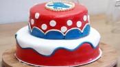 Stapeltaart met rode, witte en blauwe fondant