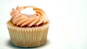 valentijnscupcake met lichtroze roomkaastopping en hartje