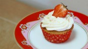 Aardbeiencupcakes met slagroom en meringue