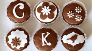 Zes chocoladecupcakes met versiering van fondant