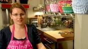 Marjolein met roze schort achter aanrecht
