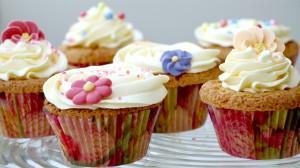 Allemaal vrolijk versierde vanillecupcakes met botercreme en bloemetjes