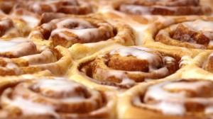 cinnamonrolls op een bakplaat met glazuur, close-up