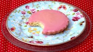 Roze koek met een hap eruit op en schaaltje van pip
