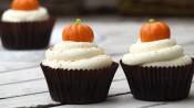 Drie pompoencupcakes met oranje pompoentje