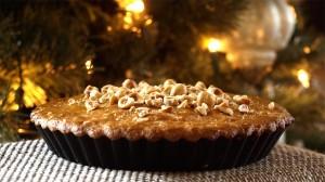 Hazelnotentaart in vorm bij de kerstboom