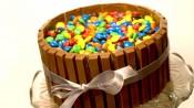 M&M-taart met een heleboel M&M's en kitkats
