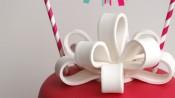Roze verjaardagstaart met strik