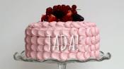 roze taart met petals en fruit
